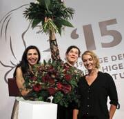 Siegerin Nora Gomringer, flankiert von ihrer Schweizer Landsfrau Dana Grigorcea (links, Platz 3) und Valerie Fritsch (Österreich, Plat 2). (Bild: Keystone)