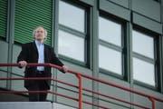 BBZW-Prorektor Josef Schwegler vor dem Schulgebäude. (Bild Boris Bürgisser/Neue LZ)