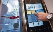 Prototyp des Kühlschranks der Zukunft: Ausgerüstet mit Kameras und Sensoren wird er dank Internetverbindung zum «mitdenkenden Haushaltgerät». (Bild: Chris Ratcliffe/Getty)