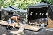 Ein Handwerker schneidet am Mittwoch in Aarau Bodenplatten zurecht für die Militärzelte, die Asylbewerbern als temporäre Unterkunft dienen werden. (Bild: Keystone/Ennio Leanza)