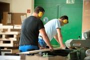 Jugendliche bei Schreinerarbeiten im Jugenddorf St. Georg. Bild: Dominik Wunderli (Knutwil Bad, 14. Oktober 2014)