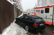 Das Auto stoppte nachdem aus auf die Gegenfahrbahn geriet an einem Zaun. (Bild: Kantonspolizei Schwyz)