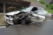 Das Auto erlitt beim Unfall Totalschaden. (Bild: Zuger Polizei)