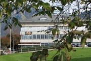 Das Elektrizitätswerk Obwalden muss künftig eine höhere, dem Besitzanteil des Kantons angemessene Beteiligung am Gewinn abliefern. Auf dem Bild: Das Hauptgebäude in Kerns. (Bild PD)