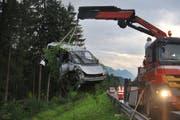 Das Auto wurde bei dem Unfall in die Böschung katapultiert. Die Insassen blieben glücklicherweise unverletzt. (Bild: Kantonspolizei Obwalden)