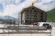 Das Ferienresort in Andermatt nimmt Formen an: im Bild die ersten beiden Appartementhäuser. (Bild: Keystone)
