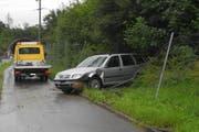 Das Auto durchbrach den Wildzaun. (Bild: Kantonspolizei Schwyz)