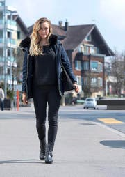 ^Für Nina Betschart (im Steinhauser Dorfzentrum) beginnt ein neuer Abschnitt in ihrem Sportlerdasein. (Bild Maria Schmid)