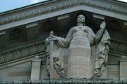 Die Statue der Justizia thronen auf der Fassade des Bundesgerichtes in Lausanne. (Symbolbild Keystone / Fabrice Coffrini)