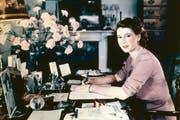 Die Queen als noch junge Prinzessin: Elizabeth am Pult ihres Zimmers, aufgenommen am 19. September 1946. (Bild: Getty)