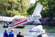 """Das Team """"Star Crasher"""" aus Gunzwil (LU) startet mit ihrem Fluggeraet """"X-Wing"""" beim Red Bull Flugtag. (Bild: KEYSTONE/Patrick B. Kraemer)"""