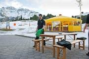 Ein Bild wie nach dem Saisonende – die Restaurant-Mitarbeiter bei der Station Rossweid in Sörenberg sind kaum beschäftigt. Dabei wäre bald Hochsaison in den Skigebieten. (Bild Dominik Wunderli)