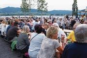 Die Besucherinnen und Besucher des Dorf- und Seefests genossen die Atmosphäre am See. (Bild: Werner Schelbert (Oberägeri, 22. Juli 2017))