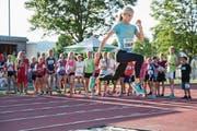 Die Weltmeisterin im 3000-Meter-Hindernislauf, Emma Coburn aus den USA, erklärte den Kindern gestern eine Sprintübung. (Bild: Philipp Schmidli (Hochdorf, 22. August 2017))