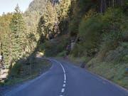 Die Gotthardstrasse zwischen Amsteg und Wassen wird in unregelmässigen Abständen gesperrt. (Bild: Google Street View)