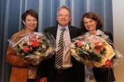 Der Megger Gemeindepräsident Urs Brücker würdigte an der Gemeindeversammlung die Verdienste der beiden abtretenden Gemeinderätinnen Jacqueline Kopp (links) und Mirjam Müller-Bodmer. (Bild: pd)