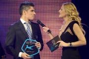 Cristian Ianu vom FC Lausanne-Sport (jetzt beim FC Luzern) ist der beste Spieler der Challenge League im Kalenderjahr 2014, hier im Interview mit Moderatorin Christa Rigozzi. (Bild: Keystone)