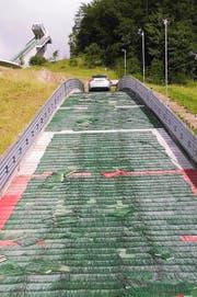 Der Audi auf dem Schanzenauslauf in Einsiedeln. (Bild: PD)