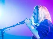 Die Sängerin Shura hat am Freitagabend das diesjährige Blue Balls Festival in Luzern eröffnet. (Bild: KEYSTONE/ALEXANDRA WEY)