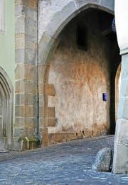 Sogenannte Prellsteine findet man heute noch an einigen Ecken in der Zuger Altstadt. Beispielsweise am und um den Zytturm (grosses Bild und unten rechts) oder an der Liebfrauenkirche und beim Gret-Schell-Brunnen (Bild oben rechts).Bilder: Andreas Faessler (27. Oktober 2016)