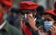 Schülerinnen und Schüler bei einem Protestmarsch gegen die Luftverschmutzung in Neu-Delhi. (Bild: Prakash Singh/AFP (15. November 2017))