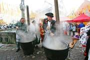 Beromünsters Zunftmeister Martin Estermann beim Kochen. (Bild Philipp Schmidli/Neue lZ)