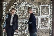 Ralph Eichenberger (links) und Dieter Ruckstuhl stehen vor den Projektionen der Schlossgeschichte. (Bild: Nadia Schärli (Gelfingen, 5. April 2017))