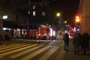 Eingangs Haldenstrasse ist die Feuerwehr mit mehreren Fahrzeugen im Einsatz . (Bild: Leserreporter)