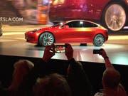 """Das günstigere Tesla """"Model 3"""" soll rascher in den Handel kommen: Deshalb will sich der Elektrofahrzeughersteller zwei Milliarden Dollar besorgen. (Archivbild) (Bild: KEYSTONE/AP/JUSTIN PRITCHARD)"""