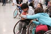 Junge Menschen mit Behinderung hatten an der Swiss Handicap Messe Spass beim Rollstuhlbasketball. (Bild: PD)