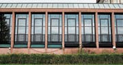 Die Flächen unterhalb der grossen Fenster beim Casino-Erweiterungsbau, der renoviert worden ist, geben Anlass zu Diskussionen. (Bild: Stefan Kaiser (Zug, 9. August 2017))