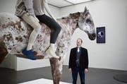 Kunst trumpft als Natur auf: Sammlungskonservator Heinz Stahlhut vor dem Pferd von «Far of the beaten track» von Arienne und Pascale Birchler. (Bild: Manuela Jans / Neue LZ)
