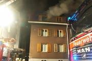 Rauch dringt aus dem obersten Stockwerk des Mehrfamilienhauses. (Bild: pd)