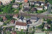 Seit der Aufnahme von 1950 (oben) hat sich das Bild Walchwils verändert. Einige der bestehenden Häuser sind denkmalgeschützt, beispielsweise die drei zwischen der Kirche und dem Bahngleis. (Bild: Andreas Busslinger)