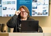 Onlineredaktor Ernst Zimmerli vor den Bildschirmen der Onlineredaktion. (Bild: Eveline Beerkircher (Luzern, 1. März 2018))
