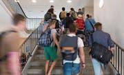 Diese Schüler eines Gymnasiums haben das Übertrittsverfahren bestanden – einige aber wohl nur dank massiver Unterstützung. Bild: Keystone