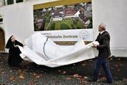 Äbtissin Pia Habermacher und Stiftungsratspräsident Hanspeter Kiser enthüllen die Klosterzukunft. (Bild: Romano Cuonz (Sarnen, 8. November 2017))