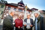 Sie prägten die Erneuerung des alten Sempacher Rathauses mit (von links): Historiker Kurt Messmer, Joe Ineichen (Korporation), Werner Fluder (Präsident Rathausstiftung) und Martin Steger (ehemaliger Stadtarchivar). (Bild Pius Amrein)