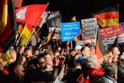 Parteianhänger der AfD bei einer Demonstration in Halle. (Bild: EPA/MARTIN SCHUTT)