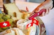 Schweizer Käse und Schweizer Messer werden an der Grünen Woche Berlin Mitte Januar präsentiert. (Bild: Keystone)
