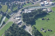 Der Buoholzbach (unten) fliesst in Richtung Engelbergeraa. Die Gewerbezone rechts vom Buoholzbach muss aufgehoben werden. (Archivbild PD)