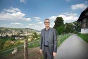 Martin Zellweger in der Nähe des Schlosses Schauensee. «Von hier aus hat man eine gute Sicht auf das alte Kriens mit dem Dorfzentrum und auf das neue Kriens im Süden», sagt er. (Bild Pius Amrein)