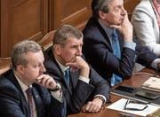 Andrej Babiš (Mitte) bei der gestrigen Vertrauensabstimmung im tschechischen Parlament in Prag. (Bild: Martin Divisek/EPA)