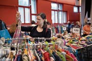Beate Lang deckt sich an der Börse St. Johannes mit Kleidern für ihr künftiges Kind ein. (Bild: Corinne Glanzmann (Luzern, 17. März 2018))