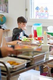 Betreutes Essen in der Schule: Der Ebikoner Schüler Yunis Zeiter nutzt das Angebot des Mittagstisches. (Bild Dominik Wunderli)