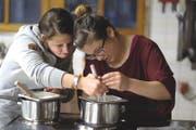Zwei Frauen der Bäuerinnenschule Gurtnellen beim Kochen. (Bild PD)