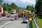 Rettungskräfte am Sonntag am Unfallort auf der A 8 bei Alpnach. (Bild: Kapo Obwalden)