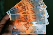 Aus Sicht der SVP und FDP sollen alle Schwyzer Kantonsbewohner, auch jene mit den kleinsten Einkommen, einen Beitrag an den Staatshaushalt leisten. (Symbolbild: Alessandro della Valle/Keystone)