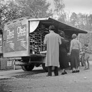 Ein Bild aus dem Jahr 1954: ein Migros-Verkaufswagen in einer Zürcher Gemeinde. Bild: Keystone