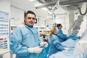 Kardiologe Florim Cuculi und sein Team bei ihrer Arbeit im Herzkatheterlabor des Kantonsspitals. (Bild: Eveline Beerkircher (Luzern, 14. Dezember 2017))